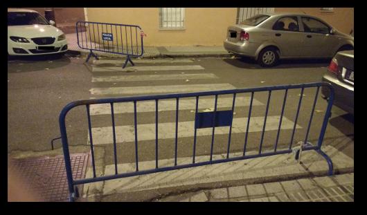 paso de peatones bloqueado por una valla
