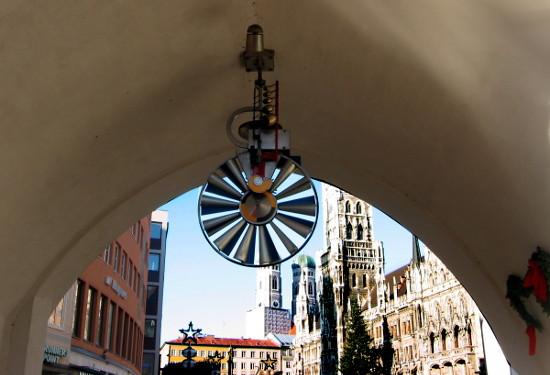 Vista del ayuntamiento de Munich bajo un arco